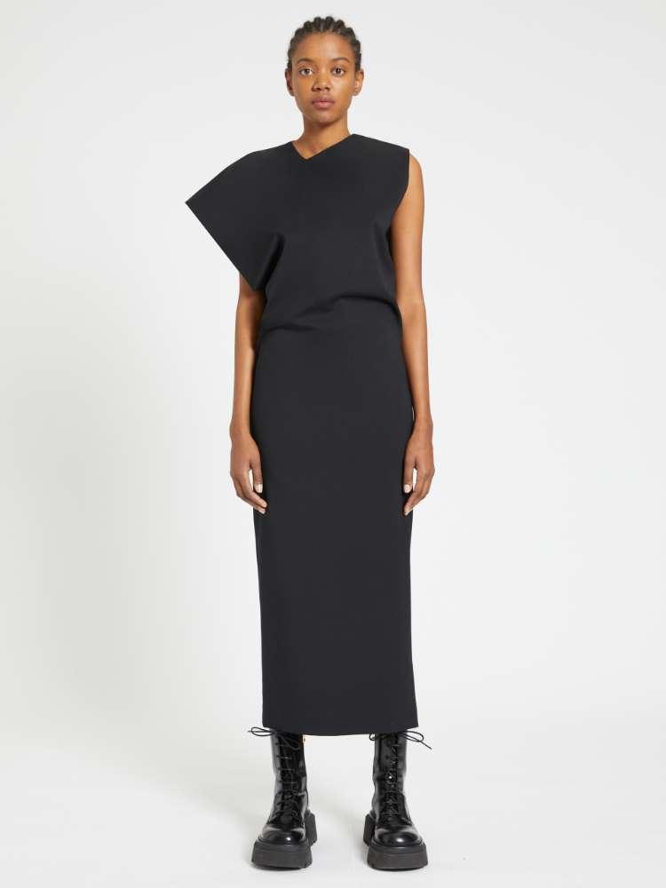 Robe longue avec épaules asymétriques