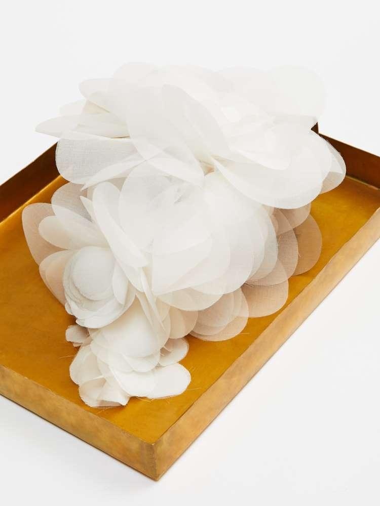 Broche avec pétales en mousseline de soie
