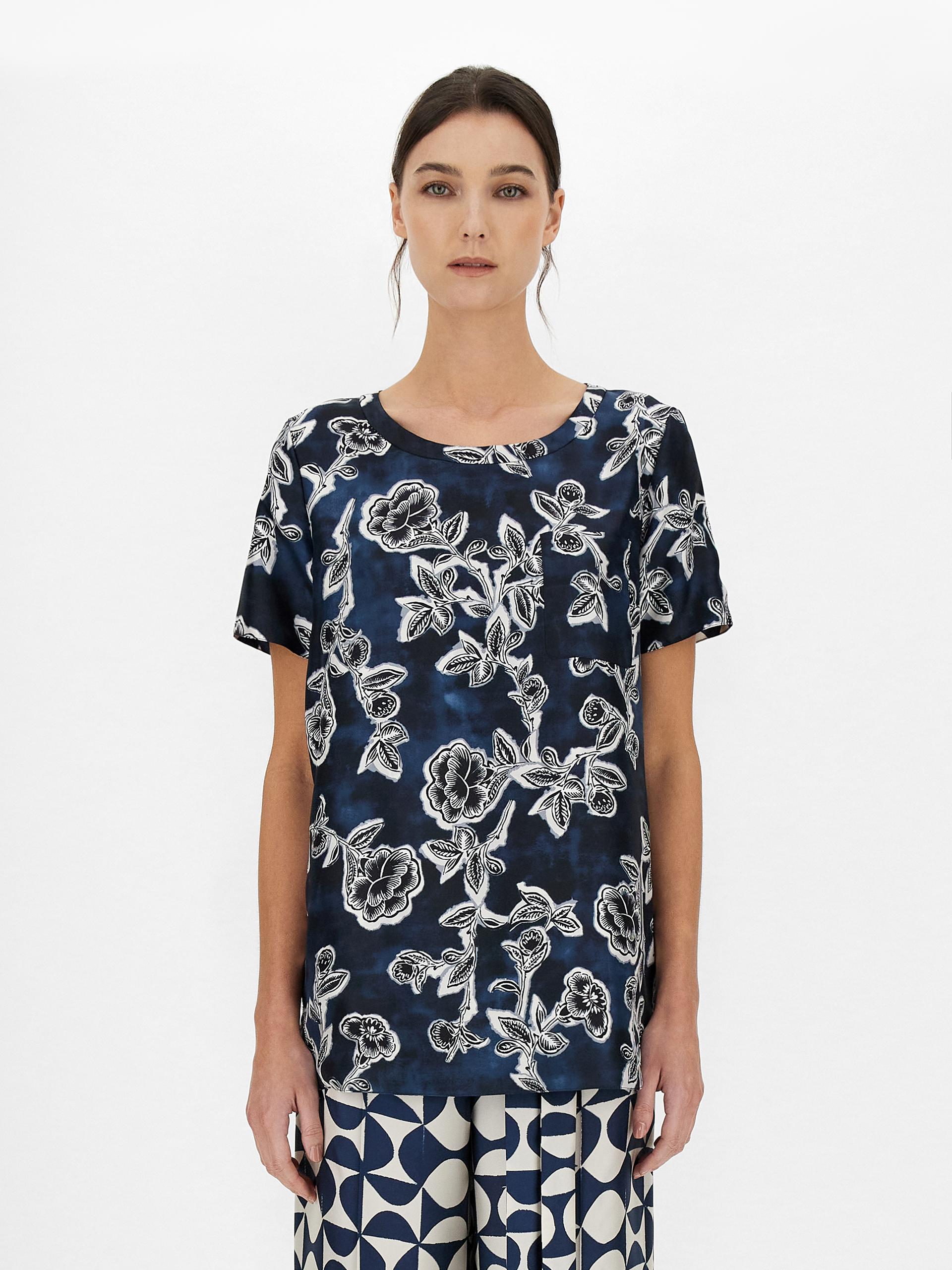 T-shirt reversibile in twill di pura seta stampata, con scollo a giro, maniche corte e taschino applicato sul petto.